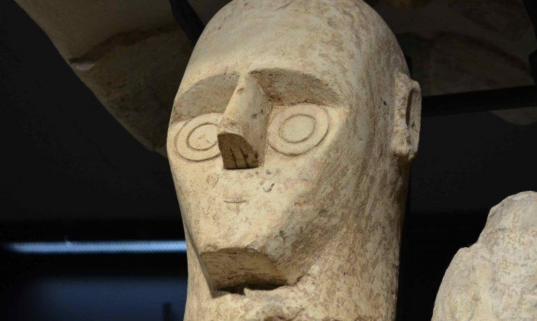 """Testa di uno dei """"Giganti di Mont'e Prama"""" al museo archeologico di Cagliari"""
