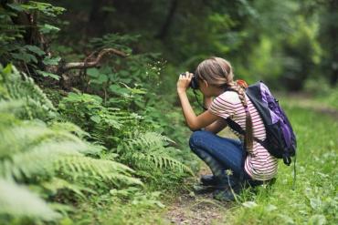 ragazza fotografa natura